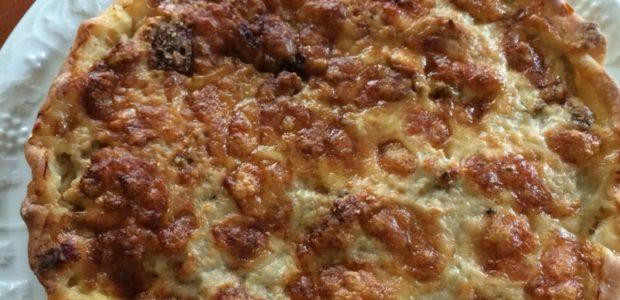 Torta rustica con porcini, salsiccia e formaggi
